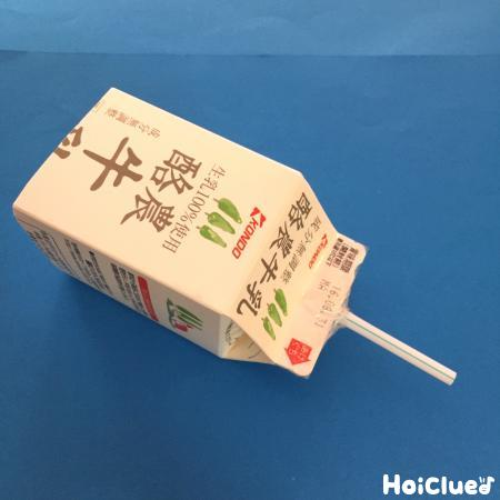 牛乳パックの飲み口にストローを固定した写真