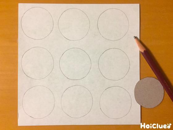 重ねた折り紙に丸を描いた様子
