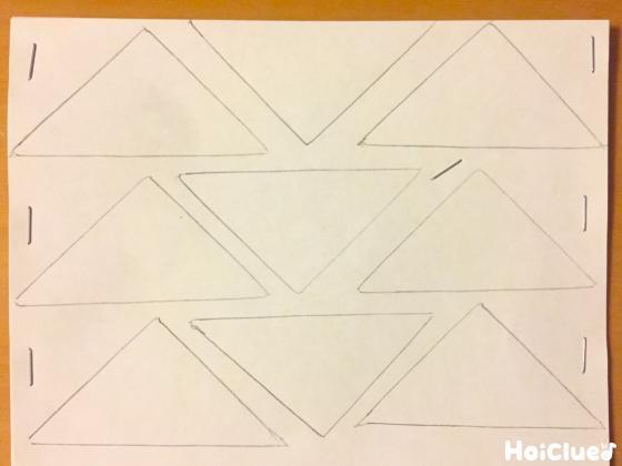 重ねた折り紙に三角を描いた様子