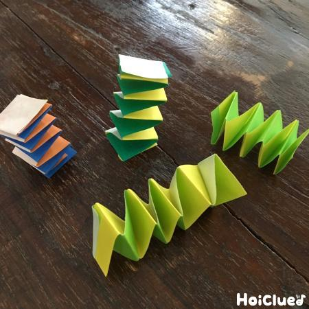 2本の折り紙を交互に折った写真