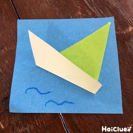 折り紙で作った船の写真