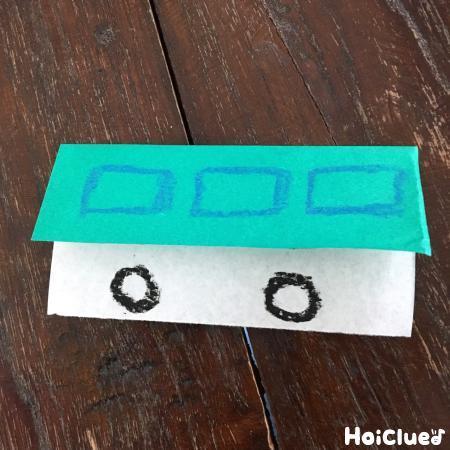 折り紙で作った車の写真