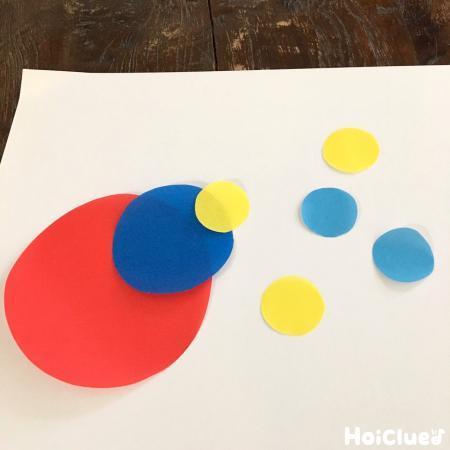 色々な大きさの丸を組み合わせる様子