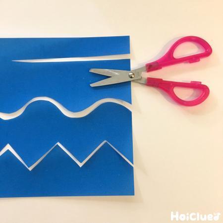 ハサミで切った折り紙の写真