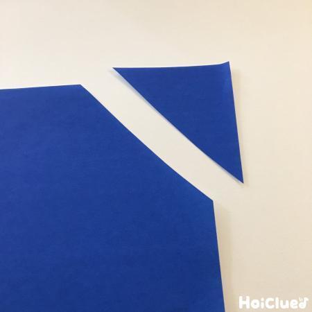 三角に切った折り紙の写真