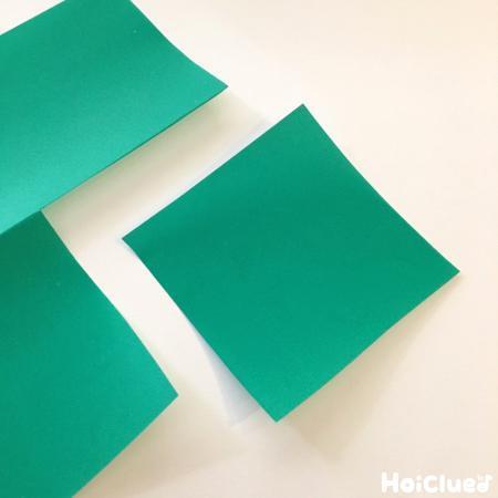 四角く切った折り紙の写真