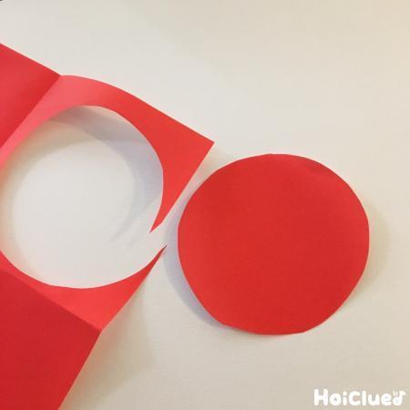 丸く切った折り紙の写真