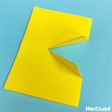 折り紙を折って真ん中に切り込みを入れた写真