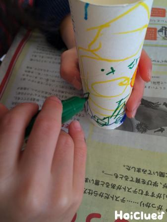 トイレットペーパーの芯に模様を描く様子