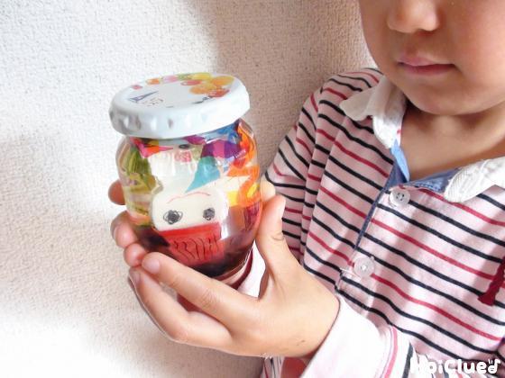 蓋をした瓶を手に持つ子どもの様子