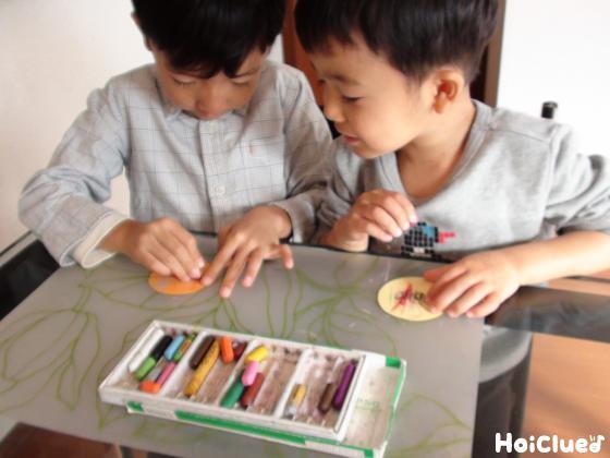 絵を描く子どもたちの様子
