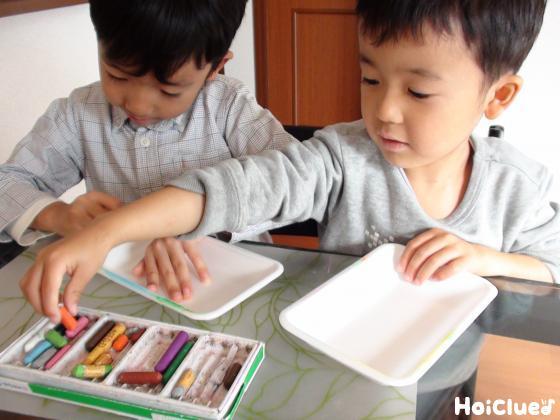 スチロール皿を塗る子どもたちの様子