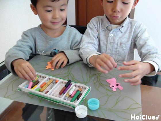 うさぎに絵を描く子どもたちの様子
