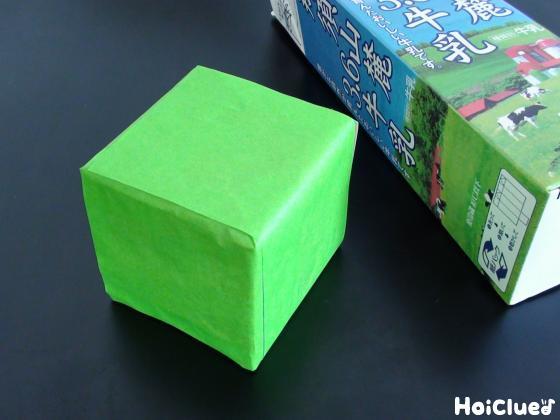 牛乳パックでサイコロを作り折り紙で包んだ写真