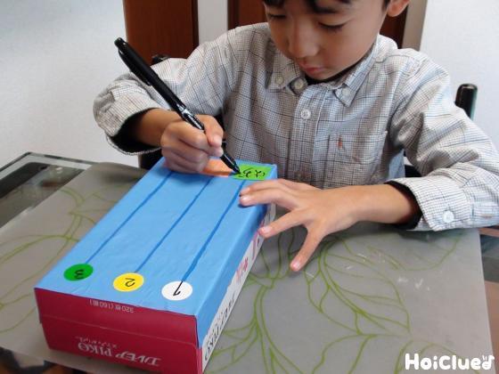 文字を書き入れる子どもの様子