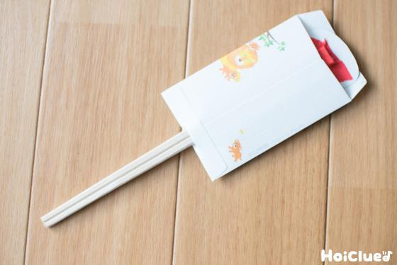 ポチ袋の穴に割り箸を通した様子