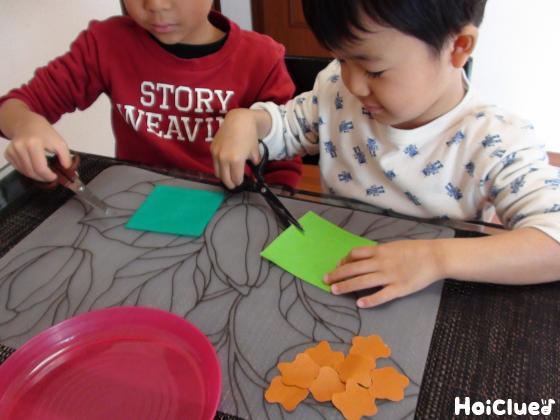 ソースなどを色画用紙で作る子どもたちの様子