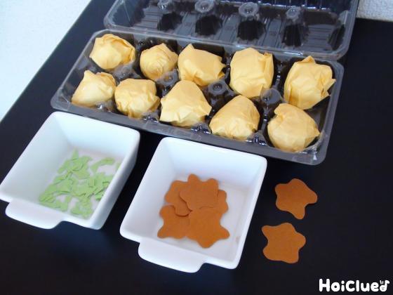 卵パックに入れたたこ焼きとソース・青のりの写真