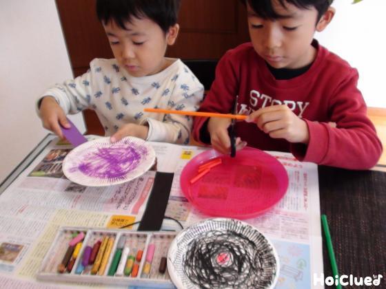 色を塗った紙皿と廃材で作った料理