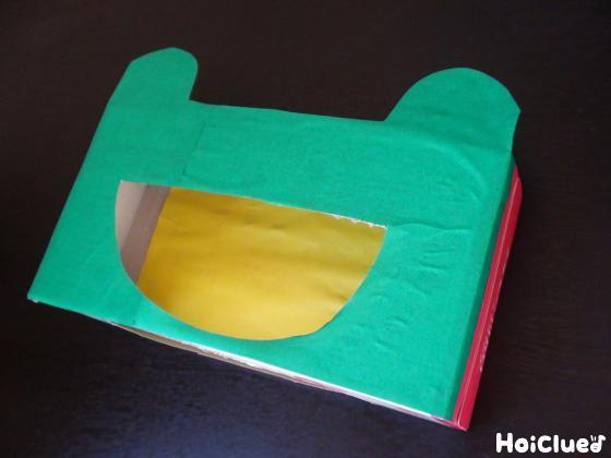 ティッシュ箱に緑の画用紙を貼り口を切り取った写真
