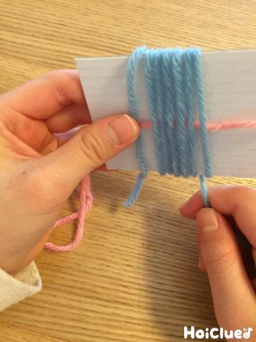 毛糸を巻きつけている写真