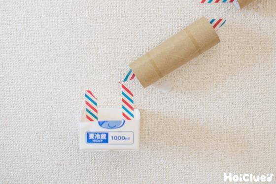 牛乳パックの底の部分を切り取りゴールにして貼り付けた写真