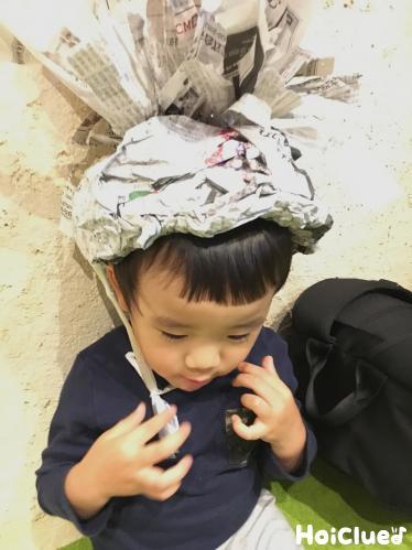 パイナップル帽子をかぶる子どもの様子