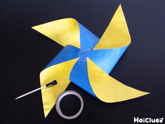 かざぐるまの形になった折り紙と、ビニールテープを巻きつけたつまようじ