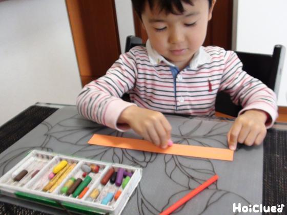 色画用紙に絵を描いている様子