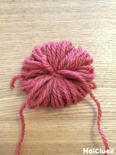 赤い毛糸で丸く巻いた写真