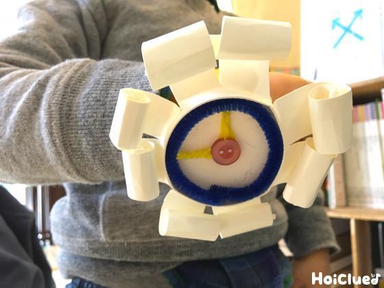 完成した時計を腕にはめる子どもの写真