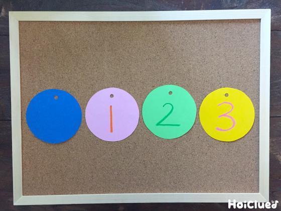 画用紙に1から3の数字を描いた写真