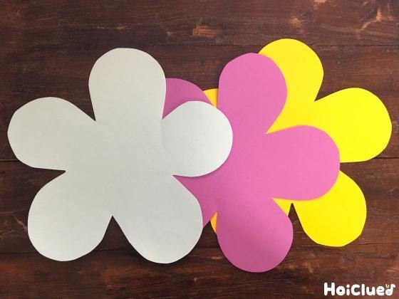色画用紙で花を作った写真