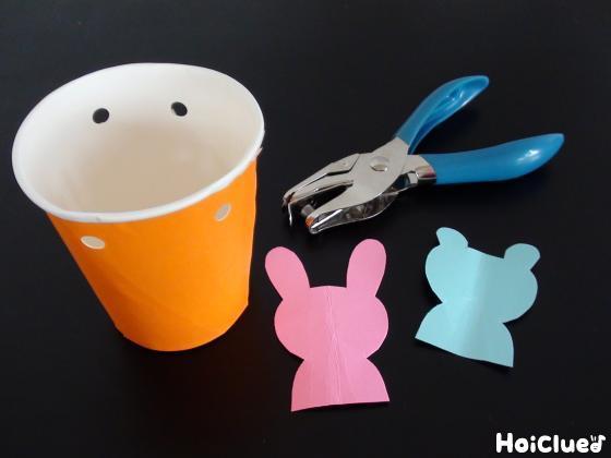穴をあけた紙コップと動物の形に切り取った色画用紙