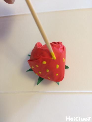 いちごの種を描く様子