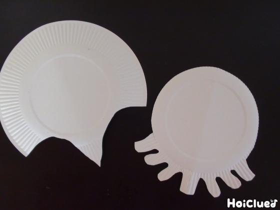 エイとタコの形に切り取った紙皿