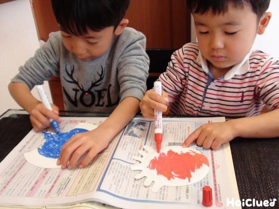 油性ペンで色を塗る子どもたちの様子