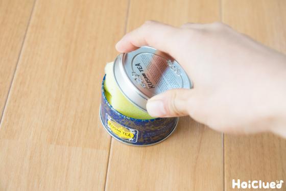 缶の蓋をしめた写真