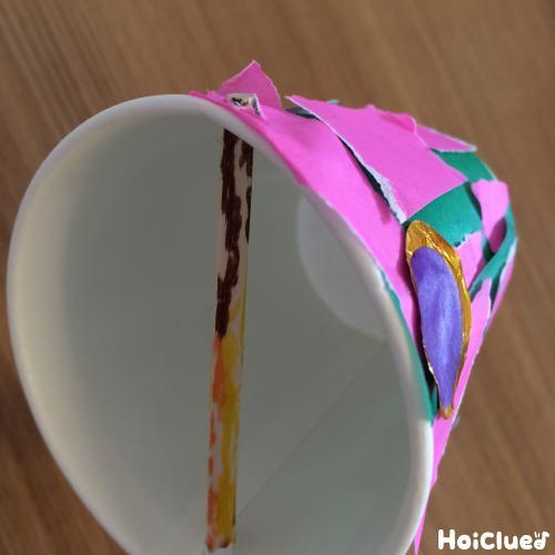 紙コップに割り箸を通した写真