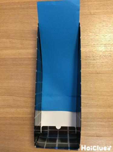 空き箱の中に青い色画用紙をセット