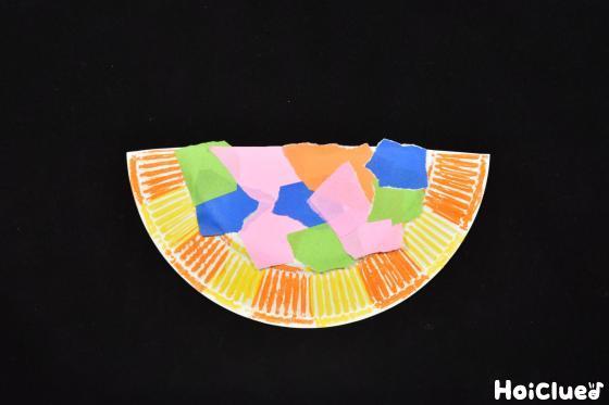 色や飾りをつけた紙皿の写真