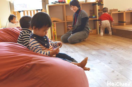 室内で遊ぶ子どもたちの様子