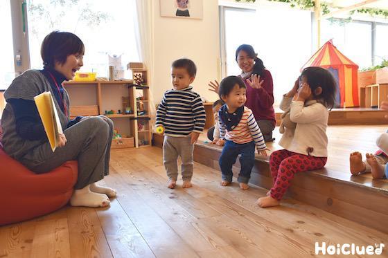 絵本を見て遊ぶ子どもたちの様子