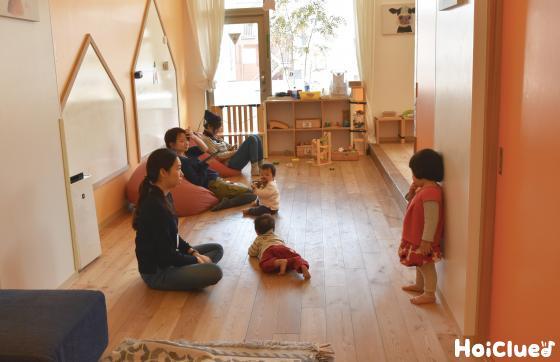 室内で過ごす親と子どもの様子