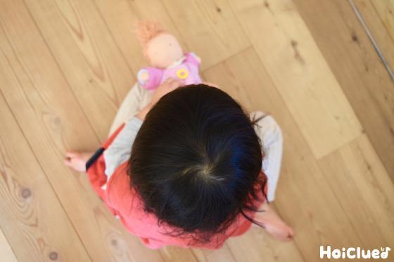人形遊びをする子どもの写真