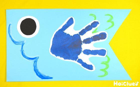 手形と目を貼った写真