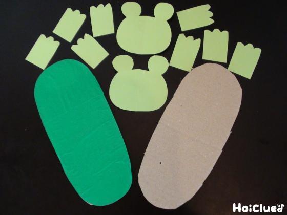 足の大きさに切ったダンボールと色画用紙で作ったカエルのパーツ