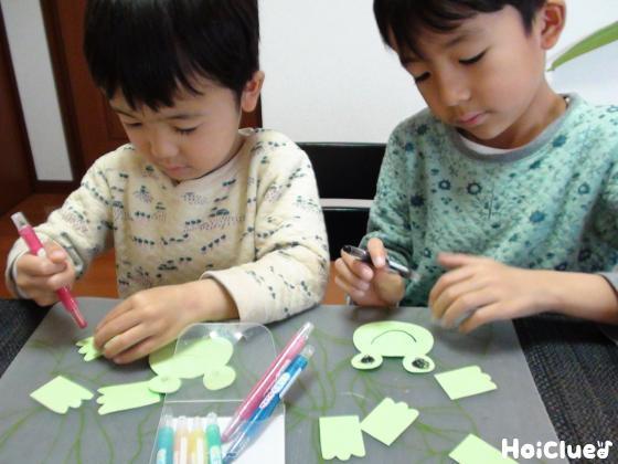 カエルに絵を描く子どもたちの様子