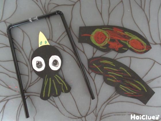 コの字型のストローと色画用紙で作ったカラスのパーツ