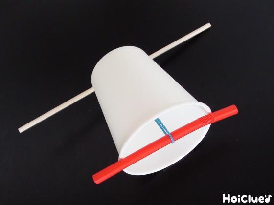 割り箸紙コップストローを輪ゴムで留めているのを別の角度からみた写真